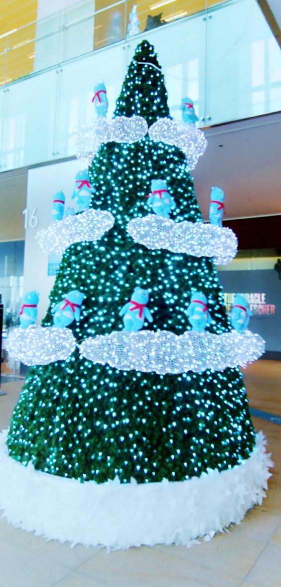 ブルートーンのクリスマスツリーを眺めながら