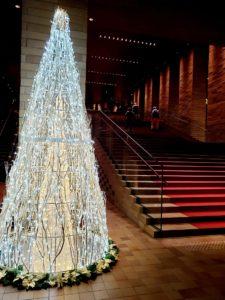 白いクリスマスツリーを見て…